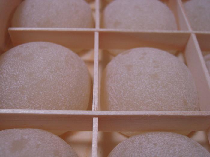 「きびだんご」は、元来、黍(きび)の粉を蒸して、汁をかけたり、餡をつけたりして頂く、当地方での日常食だったもの。それを、廣榮堂の創始者らが、安政の初めに工夫を重ねて作られたのが、「きびだんご」の始まりです。