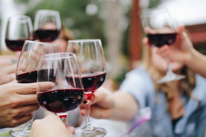 マナーとしては、グラス部分を持つのか、脚を持つのか……どちらが正解? 実は、その答えは諸説あってはっきりとしていないようです。日本では手でワインを温めないために脚を持つ人が多いよう。一方、欧米では女性も男性もグラス部分をがっちり持っています。国際的な晩餐会やフォーマルな席では、グラスを持つのが主流。どちらにしても、その場に合わせて楽しく飲むのが美味しさの秘訣♪