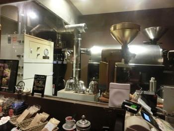 『熱風低温焙煎機』という特殊な機械を使ってコーヒー豆を低い温度で焙煎しています。実はこれが「生きている珈琲」のコーヒーをおすすめする理由です。