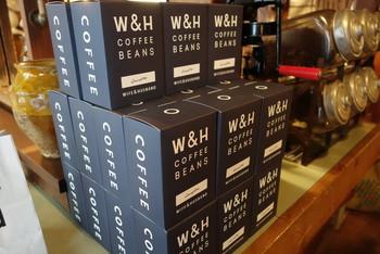 「ワイフアンドハズバンド」のコーヒーはオーナー夫妻のオリジナルブレンドが味わえます。納得いく味わいを出すために、幾度となく焙煎が重ねられてきました。その名も「DAUGHTER(ドーター)」。愛しい娘さんにちなんで付けられたそうです♪