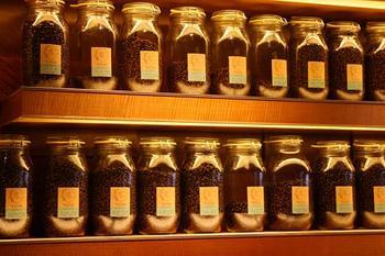 店内にはコーヒー豆が入った瓶がズラーっと並んでいます。コーヒー豆の焙煎にもこだわりがあり、浅煎りや中煎り、中深煎り、深煎りの4種類から選ぶことができます。