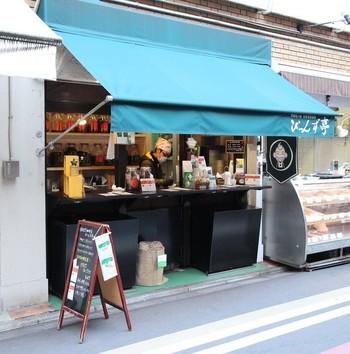 『京の台所』と広く知られる錦市場の入口手前にあるのが、スタンドコーヒーのお店「びーんず亭」です。自家焙煎珈琲専門店で気軽にテイクアウトもできます。