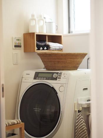 こちらは、壁に取り付けられたちょっとしたウッドボックスがポイントになっているランドリースペース。サイズは小さめなのに、タオルを入れておいたり洗剤ボトルを並べたりと、しっかり活躍してくれています。