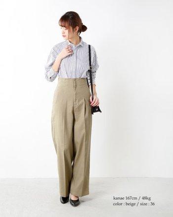 腰高に見せてくれるハイウエストパンツは、シャツの裾を入れれば効果倍増。ストライプとベージュのコンビネーションが、抜群の清潔感を生んでいます。