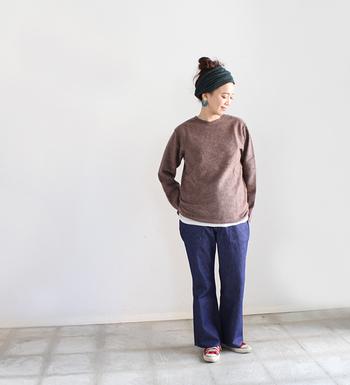 デイリーカジュアルに欠かせないデニムパンツ。ブーツカットをセレクトすれば、女性らしさ漂うオフスタイルが完成します。
