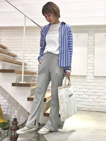 裾のスリットが今どきなリブパンツ。シルエットがキレイなので、くつろぎ感のなかにも上品さが感じられる一本です。