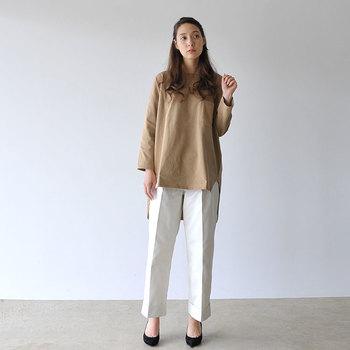 プルオーバーとボトムのワンツーコーディネートも、パンツにセンタープレスが入っていることで緊張感のある着こなしに。真っ白を選べば、さらに軽快な爽やかさも備わります♪