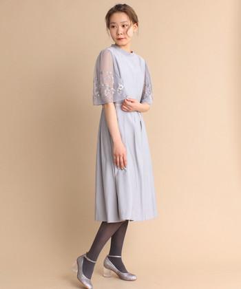 春におすすめしたいのが淡いトーンのドレスたち。落ち着きのある色合いが綺麗です。袖のチュールには繊細な花柄の刺繍が施されていて上品ですね。袖ありのドレスなので、腕の露出が気になる…という方にもおすすめのドレスです。