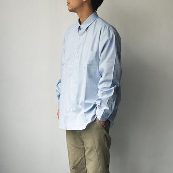 仕立ての良い、ベーシックで上質なシャツ。ゆったりとしているのに、カジュアルになりすぎない、絶妙なサイズ感がお父さん世代にはぴったり。