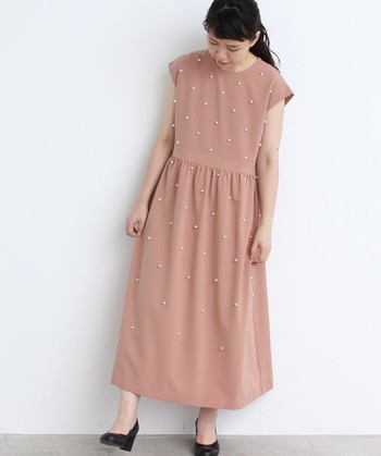 ピンクベージュは落ち着いた色味ながらも、これからの季節にぴったりのとっても春らしい色。全体に散りばめられたパールが、シンプルなドレスに華やかさをプラスしてくれています。