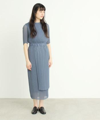 グレイがかった絶妙な色合いが素敵なドレス。楊流プリーツがアシンメトリーにデザインされています。カラードレスでもシックに仕上げたい、そんな方におすすめです。