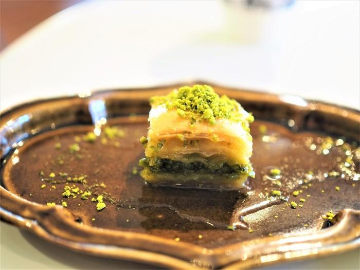 こちらはトルコの伝統的なお菓子「バクラヴァ」。パイ生地の間に小さく潰したピスタチオを挟んでいます。全体に甘いシロップがかかっていて、サクサク感としっとり感の両方が味わえます。地域によって、ナッツの種類やシロップの量など、多少の違いはありますが、シロップの甘さが特徴的なトルコの人気菓子です。