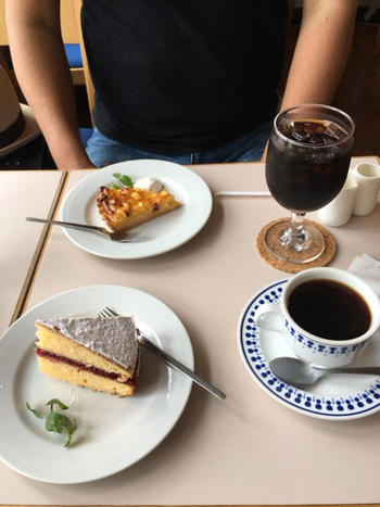 ヴィクトリアサンドウィッチは2枚のスポンジケーキにラズベリージャムがサンドされた、イギリスの伝統的なお菓子。イギリス王室がヴィクトリア女王のために作ったケーキだったことからこの名前が付きました。日本でこのケーキを味わえるお店は少ないので、ぜひ一度味わってみてくださいね。
