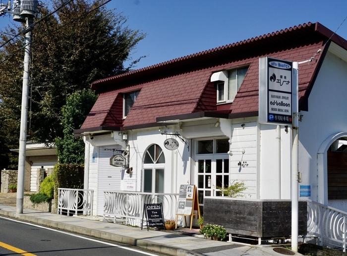 横浜・石川町駅にある「エレーナ」は、赤い屋根が目印の創業40年以上の喫茶店。ここではイギリスのアフタヌーンティーの定番スイーツ「ヴィクトリアサンドウィッチ」を味わうことができます。