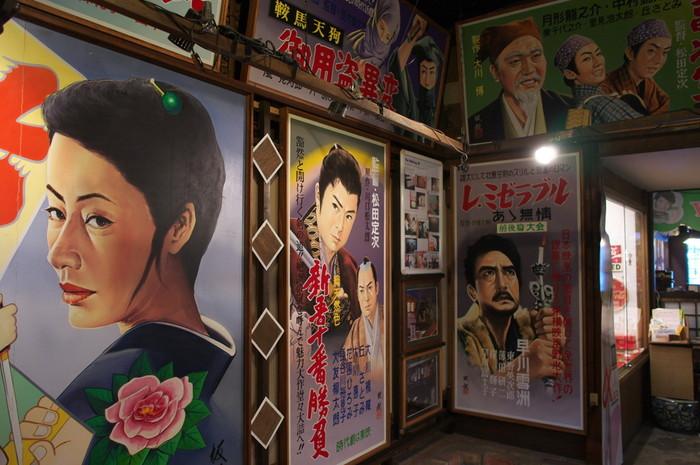 町のいたるところにレトロな映画看板が並んでおり、まるで昭和にタイムスリップをしたかのような気分に。また、駅周辺には昭和レトロをテーマにした博物館が3つあるので、「昭和を巡る3館めぐり券」を使って見学するのがおすすめです。