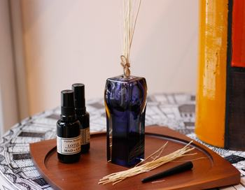 専用スティックの代わりに香りを吸い上げるスティックやドライフラワーを挿しておけば、アロマディフューザーとしての使い方もできますよ。そのままおしゃれなオブジェとして玄関やお部屋にふんわりと香りを広げてくれそう。