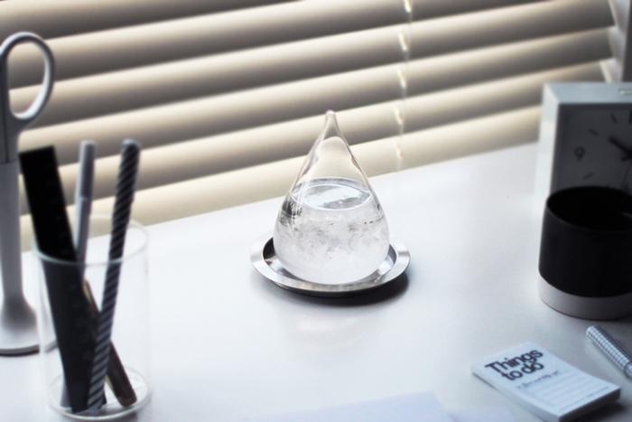 クリアなドロップ型のガラスに、雪の結晶のようなものが舞っていて美しい表情を見せてくれるテンポドロップ(別名ストームグラス)。実はこれ、19世紀頃まで実際に使用されていた航海士用の天候予測器なんです。
