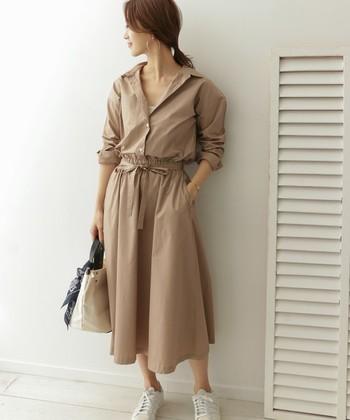 大人女性のマストアイテムでもあるシャツワンピをスニーカーで上手にカジュアルダウン。無地のホワイトのシューズを選べばワンピースの良さを邪魔せずにドレスアップが可能ですよ。小物もとことん華奢で上品なアイテムをあわせてOK。