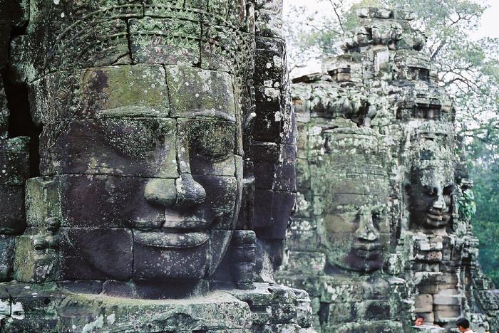 アンコール遺跡群の遺跡数は数百におよび、特に有名なのが最大規模を誇る寺院遺跡のアンコール・ワットと、アンコール王朝の栄華を象徴する都市遺跡のアンコール・トムです。