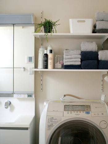 こちらは洗面台に使われているグレーと、洗濯機の一部、ストックしてあるタオルのカラーが上手にマッチしたランドリースペースの例です。洗面台や洗濯機など、既存の大きな家具や家電に合わせて小物の色を選ぶと、コーディネートはまず失敗しません。