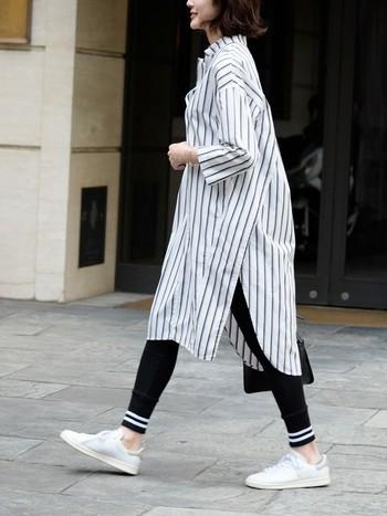 オーバーサイズのシャツワンピをざっくり着るのが大人かわいい!ストライプと白のスニーカーが爽やかで袖をまくれば初夏まで楽しめます。