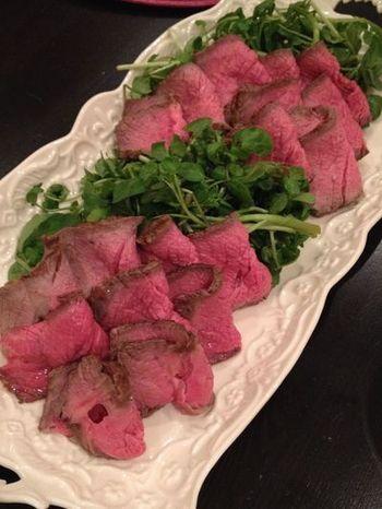 オーブンによって温度や焼き時間に違いがありますのでご注意を。中心温度が55℃ならOK。温度計がない場合は、金串を肉にさして10秒ほどで抜き、手首に当てて生ぬるければ焼けているそうです。