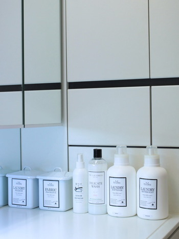 白を基調にしたおしゃれな洗剤ボトルは、並んでいるだけでランドリースペースに見違えるほどの統一感を演出してくれます。香りや洗浄力、安全性にも満足できるベストなアイテムに出会えたら、むしろ目立つところに出しっ放しでOK。似たデザインのボトルを探したり作ったりして、見せる収納を整えるのも楽しくなってきます。
