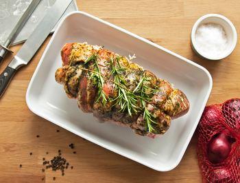 作り方や、付け合せのソース、アレンジレシピなど……様々なローストビーフのレシピをご紹介いたしました。切リ分けてソースをかけて、見た目も楽しめる美しい1品にしあげるのもいいですし、まるごと食卓に出して切り分けて食べるのも◎ 食事の楽しさが、何倍にもなりそうな気がします。  普段の食卓にはもちろん、ホームパーティーや特別な日のおうちご飯にもぴったりなローストビーフレシピ。家族や仲間たちとワイワイ会話を楽しみながら出来立てを味わう、格別なひとときを過ごしてみてはいかがでしょうか?