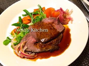 大人気のストウブ鍋で作るローストビーフは、旨味がギュッと凝縮されて美味!簡単にできるから普段の夕飯にも作りやすいのがいいですね。