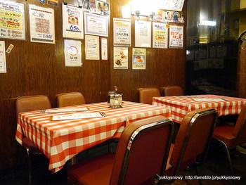 レトロなギンガムチェック柄の赤いビニールテーブルクロスが印象的な店内。昭和35年に建て替えて以来、そのままの姿とのことですが、まだまだ現役。清潔感と活気があり、観光客や地元の方、ご家族連れなど多くのお客さんでにぎわっています。