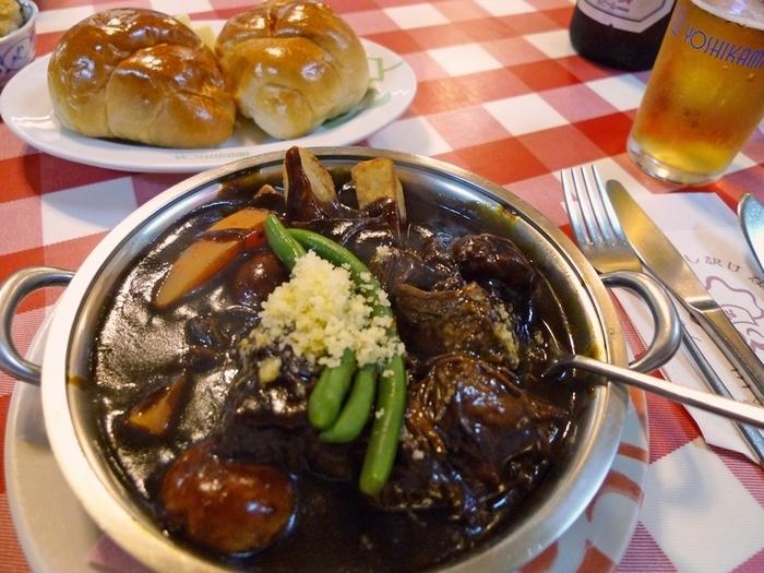 人気のビーフシチューは、国産牛のバラ肉を使用。たっぷりの野菜と牛すじでとったスープで作るデミグラスソース素で3~4時間はじっくり煮込んで作っています。口の中でほろりと崩れるほど柔らかなお肉は、並んでも食べたい味のひとつです。