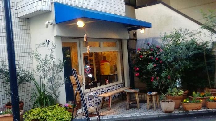 東京・代々木公園駅にある「ナタ・デ・クリスチアノ (Nata de Cristiano's)」は本格ポルトガル菓子が味わえるお店です。日本では、カステラがポルトガル菓子としては昔から人気ですが、他にも日本人の口に合う美味しいスイーツがあるんです。