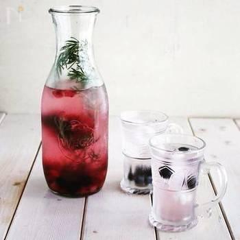 『ブルーベリーとプラムとローズマリーのデトックスウォーター』  ほんのり紫色に染まったお水と、ローズマリーの香りが清涼感を演出。