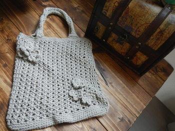 コットン糸で編んだ可愛いハンドバッグは、手触りも柔らかく、これからの季節にぴったりでおしゃれ!両面に付いた小花モチーフがキュートなアクセント。
