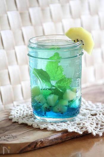 『ブルーハワイなビネガーウォーター』  ブルーハワイのかき氷シロップを使った、見た目涼しげな真っ青なビネガーウォーター。ミントの風味と合わせて清涼感があります。