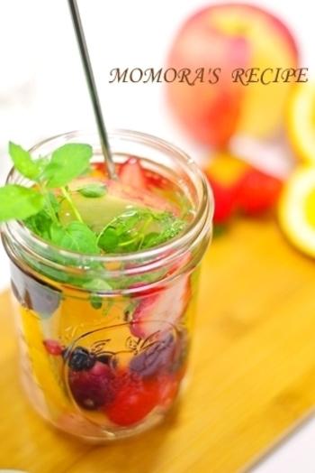 『連休明けお疲れモードにデトックス&リフレッシュウォーター』  6種類のフルーツがたっぷり入ったデトックスウォーター。炭酸水を入れるとよりさっぱり感を楽しめます。