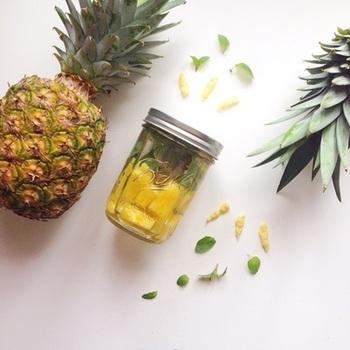 『パイナップルと生姜とミントのデトックスウォーター』  パイナップルには、新陳代謝、基礎代謝がアップする効果がある酵素がたくさん含まれてます。体を温めてくれる生姜の成分もギュッとつまった体が喜ぶドリンクです。