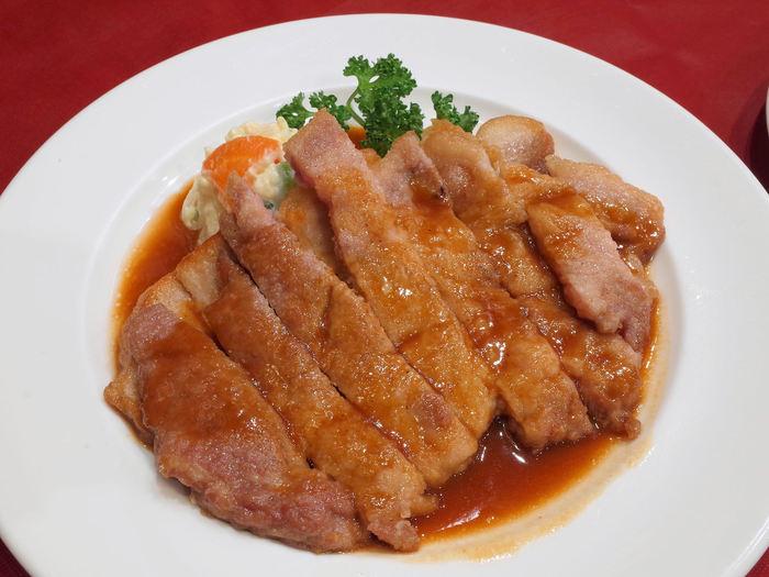 見るからに柔らかそうなポークソテーも人気メニューのひとつ。お醤油ベースのソースとお肉の脂が良く合います。カットした状態で盛り付けられているので、食べやすいのもうれしいですね。ほかにもメニューが豊富で、次は何を食べようと楽しみになります。
