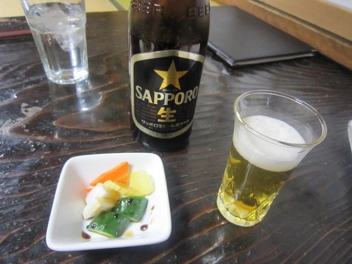 洋食屋さんなのにお新香が出てくるのが、下町らしいですよね。昼間のビールがよりおいしく味わえます。