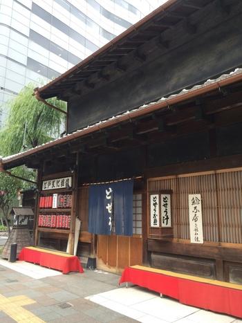 浅草駅の正面口を出て、江戸通りをまっすぐ歩くと見えてくる商家造りの建物が「駒形どぜう」です。徳川11代将軍、家斉公の時代から続く老舗で、現在は7代目。200年を超える歴史が今も続いています。
