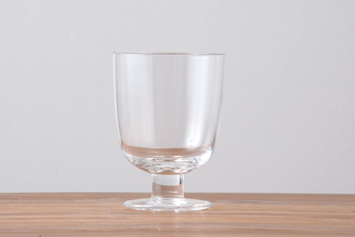 デザインはワイングラスのようですが、機能性はグラスに近い感覚で使える脚付きグラス。安定感のある短めの脚はグラスを倒してしまう心配をしなくて良いですし、重ねて収納でき場所を取りません。
