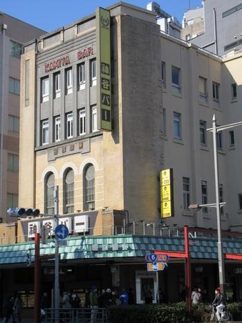 日本で一番古いバー「神谷バー」があるのは、浅草駅のすぐそば。駅前の大通りの角にある印象的な建物が目印です。こちらの建物は1921年(大正10年)に建てられて以来、今でもそのまま使われてます。