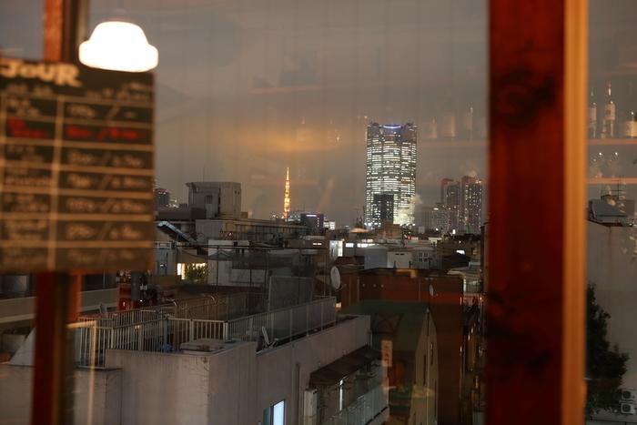 お店の東南側にある大窓。六本木通りまでは遮るものがないため、東京タワーや六本木ヒルズが遠望できます。
