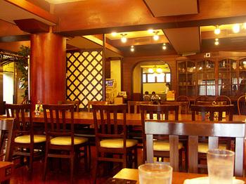 """""""下町の社交場""""と呼ばれる店内は、昭和レトロな雰囲気たっぷり。2011年には登録有形文化財に登録されました。"""