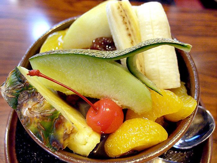 「コンパル」はエビフライサンドで有名ですが、甘味もおいしいメニューがたくさんあります。こちらはフルーツたっぷりのあんみつ。和風のスイーツが意外にもコーヒーにあうんです。