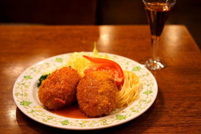 明治から昭和初期にかけて、浅草はトレンドの発信地でした。和食中心の食文化から、お肉や卵をふんだんに使った洋食が庶民の間にも広がり、洋食レストランが増えていったと言われています。また当時、浅草寺の参拝者が多く訪れたお店が今もなお残っており、古くから親しまれてきた江戸の味と洋食、どちらも楽しむことができます。