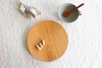 栃木で工房を開かれている高塚和則さん。天然の木の木目や色合い、風合いを生かした作品を作り上げています。こちらは、はちのす彫りのパン皿です。厚みがあり、安定感も抜群です。