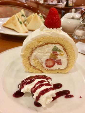 コーヒーの種類が豊富なことで有名な松屋コーヒーですが、こちらのロールケーキもおすすめのメニューです。上にのっている大きなイチゴがおいしそう!ホイップと絡めて召し上がれ。