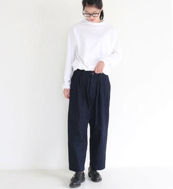 裾に向かって緩やかにシェイプされたシルエットが魅力のデニムパンツ。白いトップスをインしても、爽やかにまとまるのは、 藍色でカチッとしたタイプだからこそ。 革靴や太フチ眼鏡を合わせて、少しクラシックな雰囲気を取り入れてみるのもいですね。