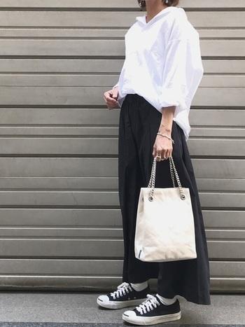 ウエストギャザーのワイドパンツに真っ白な大きめシャツを合わせたコーディネト。 一見カジュアルに見えますが、あえてトップスにもボリュームを出して、モード感をプラスしているのがポイントです。首元・手首を見せる事で、大人な女性らしさを添えています。